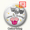 Button mit Fledermaus, Geburtstagstorte und Text Happy Birthday