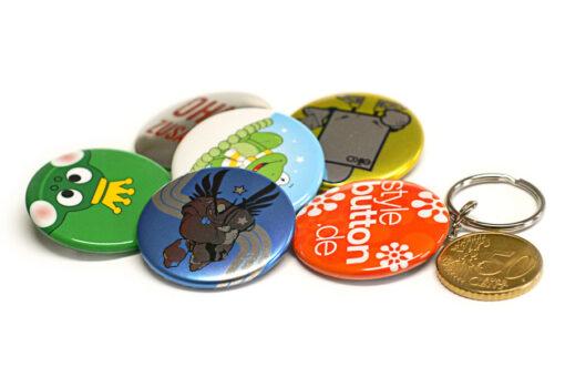 37 mm Buttons im Größenvergleich zu 50 Cent Münze