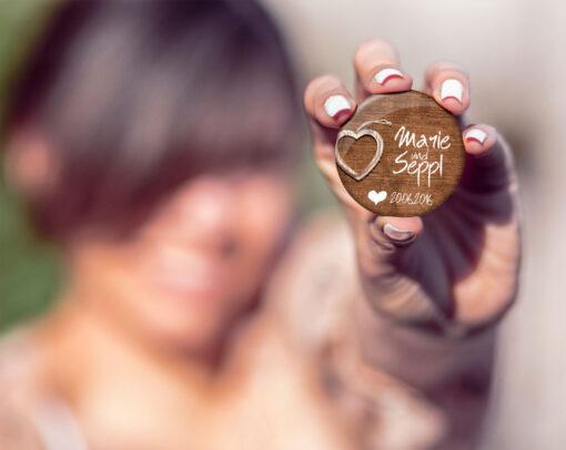 Hochzeitsanstecker Wooden Heart in Hand