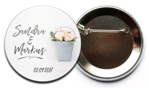 Hochzeit Button 37: Rosen in Zinkeimer mit Personalisierung; mit Nadel