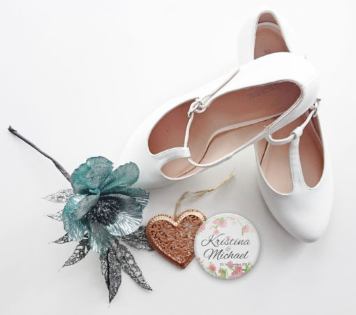 """Hochzeitanstecker """"Sommerklee"""" neben Brautschuhen"""