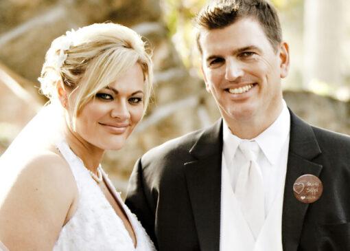 Brautpaar mit Hochzeit Button Wooden Heart
