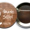 personalisierter Hochzeit Button Wooden Heart mit Sicherheitsnadel kaufen