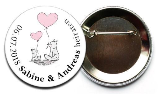 Hochzeit-Button 43 zwei Füchse mit Herz Luftballon mit Sicherheitsnadel