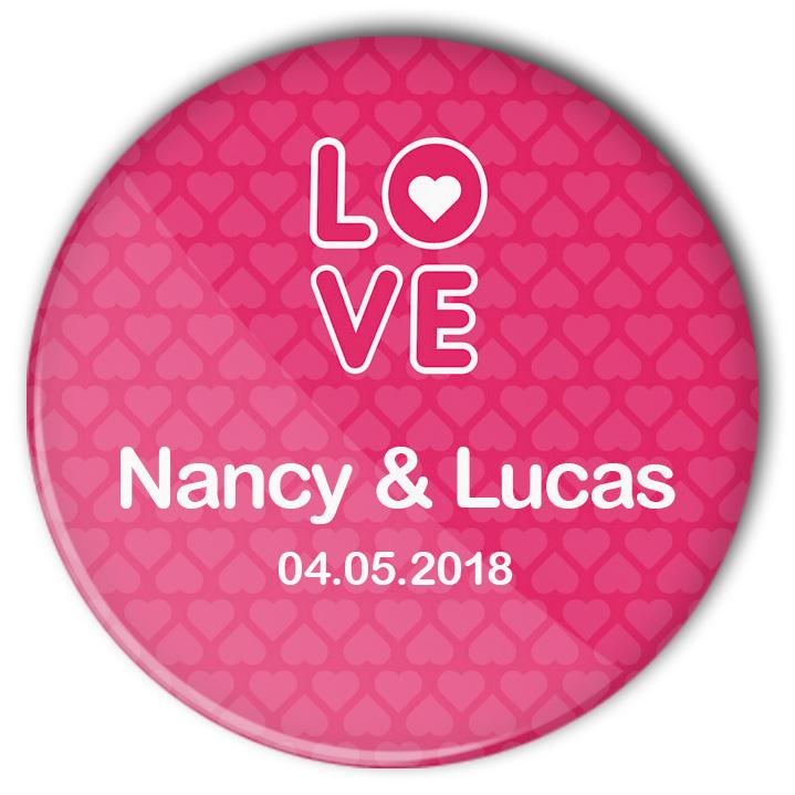 Hochzeit-Button Love: das pinkfarbene Modell 44 überzeugt mit seinem grafischen LOVE-Schriftzug und der Individualisierung
