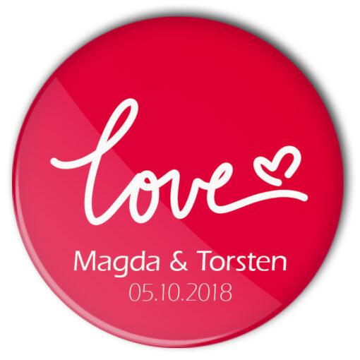 """Hochzeit-Button 45 red Love: roter Buttons mit """"Love""""-Schriftzug, Name von Braut und Bräutigam und Traudatum personalisiert"""