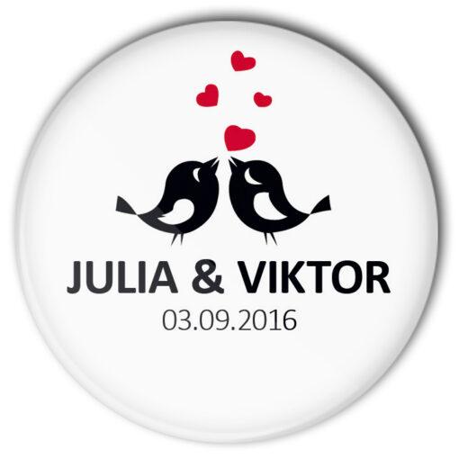 Motiv #48 unserer Hochzeit-Buttons mit 2 Piepmätzen und roten Herzen. Natürlich personalisiert.