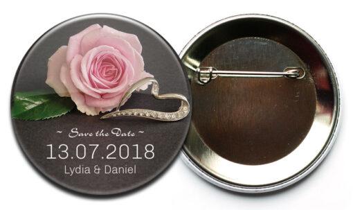 Save the Date Button 41 mit Rose und Diamant besetztem Ring; Befestigung: Sicherheitsnadel