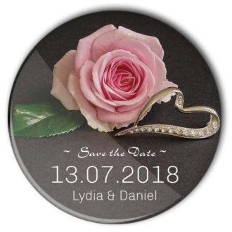 Save the Date Button 41: Rose, diamantbesetzter Ring; personalisiert mit Namen und Trauungs-Datum