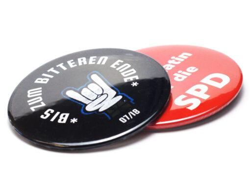 2 buttons 76 mm Buttons 76 mm mit Kleidungsmagnet