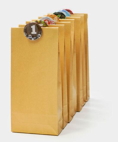 Kraftpapier Beutel mit Zahlenbuttons als Kalender