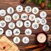 XMAS 4 Adventskalender-Buttons für DIY Weihnachtskalender mit Zahlen auf Holztisch