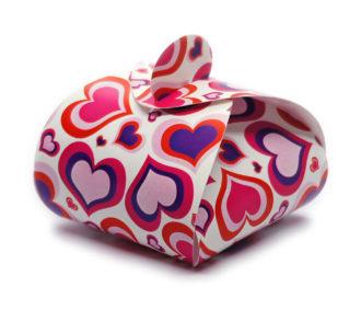 Faltschachtel Valentin 1 für kleine Geschenke: weißer Hintergrund, rote Herzchen