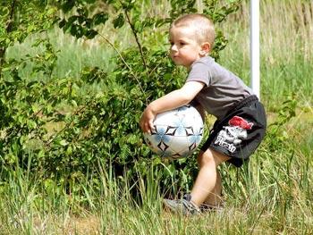 Ein Ball ist auf jeder Hochzeit ein beliebtes Spielgerät für Kinder.