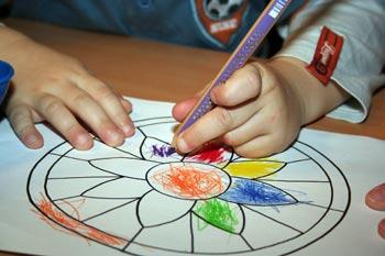 Kinder malen gern: eine kleine Ecke mit Malzeug und die Kinder langweilen sich nicht mehr bei der Hochzeit