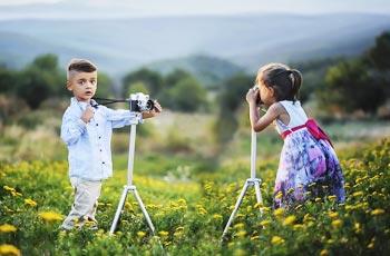 Als Mini-Fotografen haben Kinder bei der Hochzeit viel Spass.