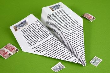 Papierflieger basteln sind eine willkommene Beschäftigung für Kinder bei der Hochzeit