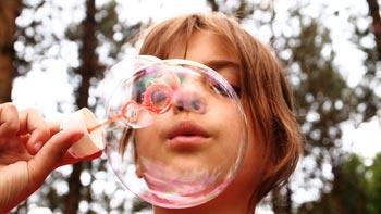 Hochzeit und Kind: Seifenblasen sind eine tolle Spielidee für draussen
