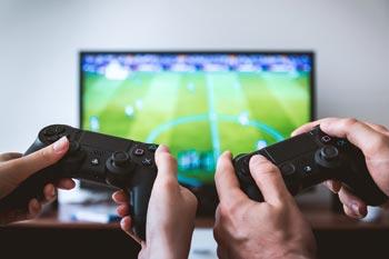 ältere Kinder auf der Hochzeit sind mit einer Spielekonsole zufrieden