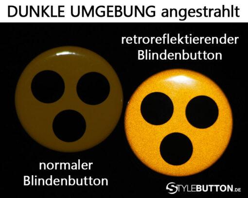 Vergleich reflektierende Blindenabzeichen im Dunkeln