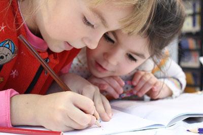 Schulkinder lernen Lesen Schreiben rechnen