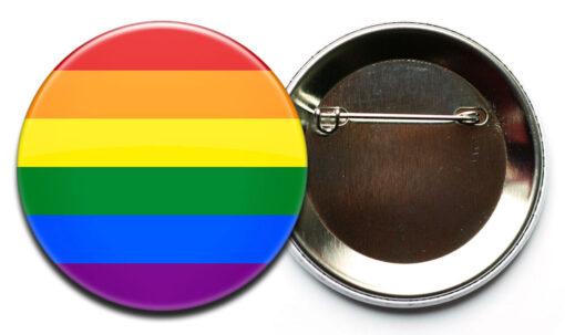 gestreifter LGBTIQ+ Button mit Sicherheitsnadel
